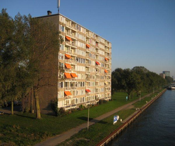 Somber Utrecht aan het kanaal